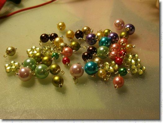 Små julekugler lavet af perler